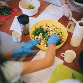 Widok z góry na osobe szykująca posiłek, w isce widać pokrojone warzywa i zioła