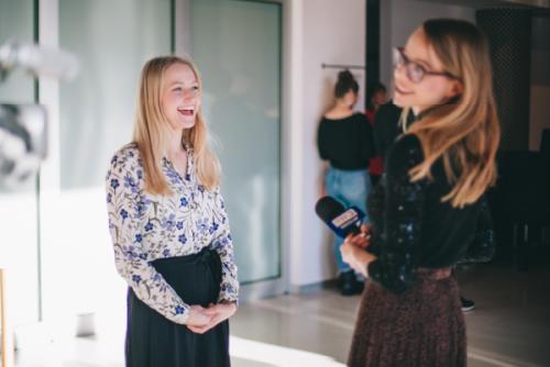 Zdjęcie, Adrianna śmieje się w trakcie przeprowadzanego z nią wywiadu.