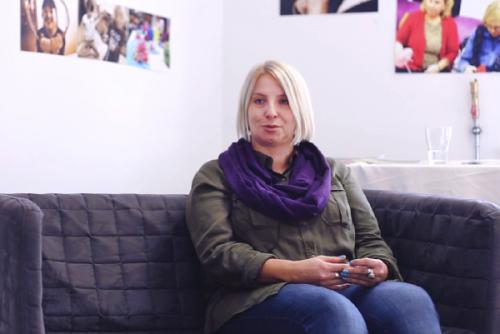 Zdjęcie, Renata siedzi na kanapie ze złożonymi dłońmi i opowiada o projekcie