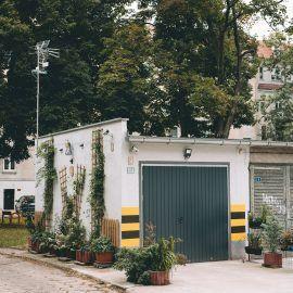 """Widok na otoczenie podwórka, na tórym odbywały się spotkania w ramach projektu """"Sobota z sąsiadami"""""""