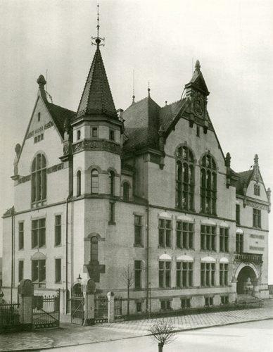 Archiwalne czarno-białe zdjęcie, budynek Gimnazjum św. Elżbiety