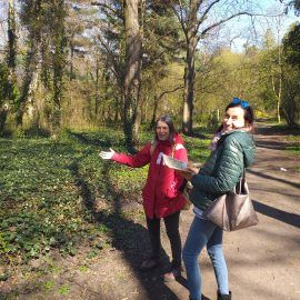 Zdjęcie dwóch roześmianych kobiet spacerujących po Parku Grabiszyńskim