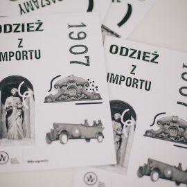 Zdjęcie przedstawia wydrukowane na kartkach czarno-białe grafiki. Są to elementy napisów z murów i szyldów Przedmieścia Oławskiego oraz charakterystyczne elementy architektury budynków tego osiedla.