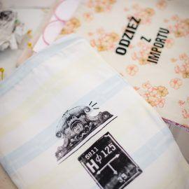 Zdjęcie przedstawia gotowe, zadrukowane woreczki uszyte ze starych bawełnianych tkanin.