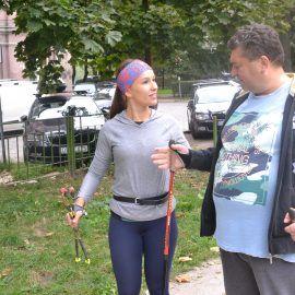 Zdjęcie wykonane na skwerze przy ulicy Pomorskiej we Wrocławiu. Na zdjęciu widoczni są dwie rozmawiające osoby - Pan Marek i Klaudia prowadząca spotkanie.