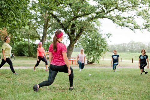 Grupa kobiet ćwiczy w parku