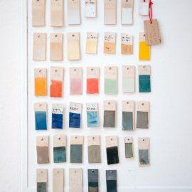 Widok na próbniki kolorów farb do ceramiki.