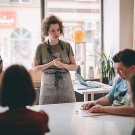 Widok na osoby biorące udział w warsztatach ceramicznych ora prowadządzą spotkanie - rzemieślniczkę z Zakwas Studio